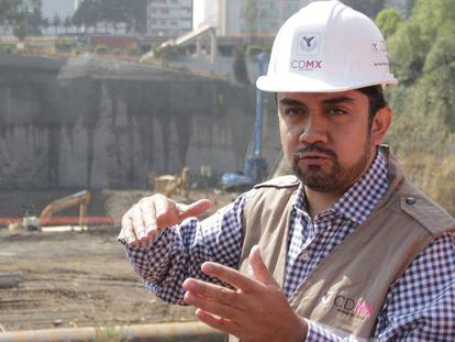 Edgar Tungüí Rodríguez, durante la supervisión de unas boras tras el sismo