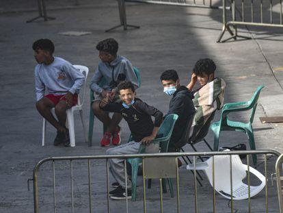 Algunos de los menores acogidos en una de las naves del polígono del Tarajal, en Ceuta, el pasado 24 de junio.