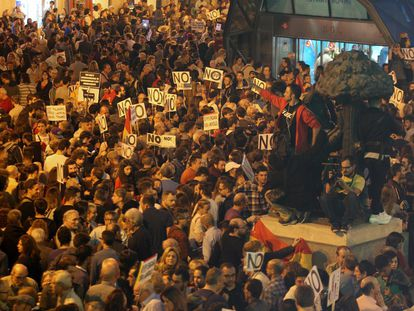La manifestación a su llegada a Sol. La gente se concentra en las inmediaciones del metro y la estatua del oso y el madroño.
