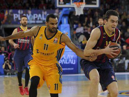 Satoransky, con el balón, junto a Vargas.
