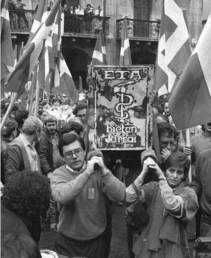 Traslado del féretro de Domingo Iturbe, Txomin, en 1987.