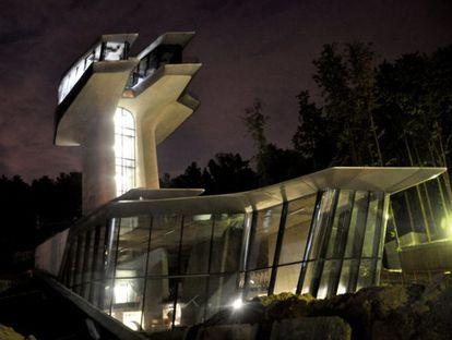 UN AMOR EXTRATERRESTRE. Cuando la arquitecta anglo-iraquí Zaha Hadid difundió a través de su web las primeras imágenes del supuesto nido de amor futurista que está construyendo en Rubliovka (en la imagen de la derecha) para Doronin y Campbell, estallaron las conjeturas: ¿qué contenía aquella atractiva marcianada de 52 millones de euros? La respuesta: son 2.650 metros cuadrados con dos torres de 22 metros cada una. En lo alto está su dormitorio. Justo debajo, las habitaciones de los niños (lo que permite intuir su disposición a formar una familia). Después, las de invitados. En la planta baja, un salón, piscina cubierta, comedor y cocina. Y en el sótano, tres baños (turco, finlandés y ruso) y una sala de fitness. La villa se ha bautizado Capital Hill Residence, en honor de Capital Group, la inmobiliaria del millonario ruso. Por algo él paga.