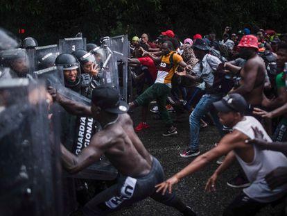 Un grupo migrantes se enfrentó con elementos de la Guardia Nacional en la carretera Huehuetán, Chiapas.