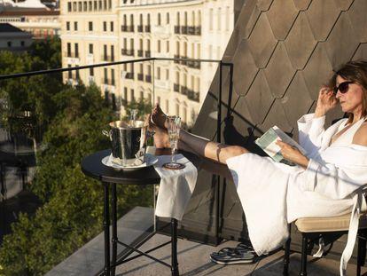 Luz leyendo un libro en la terraza de su suit en el Hotel Mandarín Oriental Ritz de Madrid.
