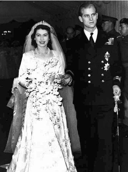 El 20 de noviembre de 1947, una jovencísima princesa Isabel contraía matrimonio con Felipe de Mountbatten. Isabel se convertiría en reina en 1952, a la muerte de su padre, Jorge VI. Ya han superado holgadamente su primer medio siglo de casados, tienen cuatro hijos y siete nietos. Este viernes 29 de abril verá como su nieto Guillermo, el heredero de su heredero, el príncipe Carlos, contrae matrimonio con Catalina Middleton, una joven plebeya de 29 años. (TEXTOS: T. KOCH/M. PORCEL)