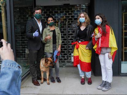Iván Espinosa de los Monteros y Rocío Monasterio, con dos jóvenes que les han pedido una foto durante una protesta contra el Gobierno en paseo de la Habana, en Madrid, en mayo.