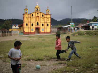 Niños juegan fútbol en Huehuetenango, Guatemala.