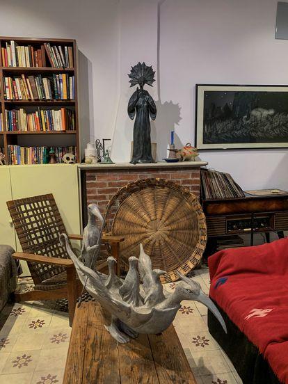 """La escultura  """"Barco Cuervo"""" en la parte alta de la residencia."""