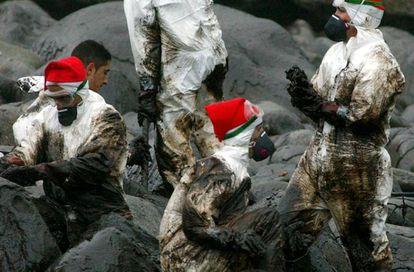 Varios soldados limpian la costa de A Coruña en diciembre de 2002.