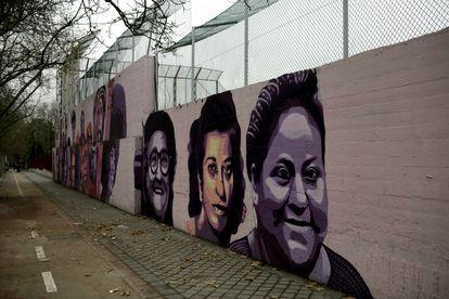 Mural feminista en el polideportivo municipal de la Concepción en el distrito de Ciudad Lineal.
