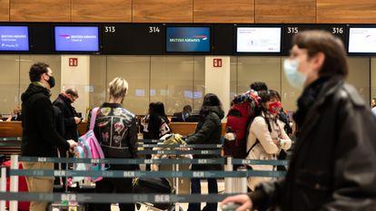 Viajeros esperan su turno en el mostrador de British Airline en el aeropuerto de Berlín, este lunes.