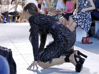 Bella Hadid se cayó en medio de la pasarela.