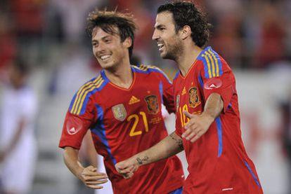 Cesc celebra con Silva la consecución de un un gol ante Chile en el amistoso del viernes.