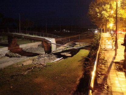 Un puente peatonal colapsado en Cambrils (Tarragona). En vídeo, imágenes del temporal de lluvia que afecta al noreste peninsular.