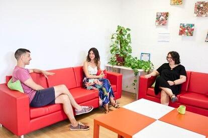 De izquierda a derecha, Carlos Rodríguez, Sara Molina y Silvia García conversan en una de las estancias de Casa Verde (Madrid).