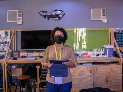 Una empleada de la ONG Creática, incubada en La Nave de Villaverde, hace una demostración de vuelo de un dron.