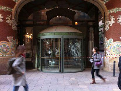 Una de la puertas de la entrada principal del Palau, destrozada