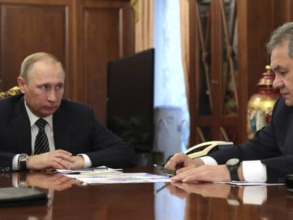 Vladímir Putin, con el ministro de Defensa ruso, Sergei Shoigu, en Moscú el 29 de diciembre. En vídeo, el presidente ruso explica los acuerdos adoptados.