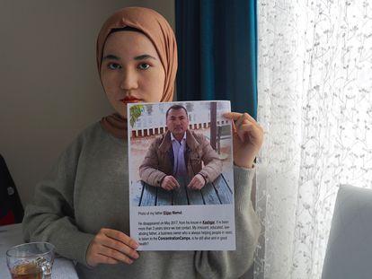 Una estudiante uigur en Estambul sostiene la foto de su padre, un empresario detenido hace más de tres años.