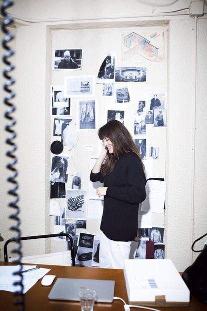 Gabriela Coll, directora creativa de la firma homónima, en su taller-estudio de la calle de Pallars, Barcelona.