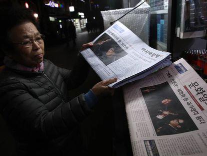 Prensa coreana con la noticia de los Oscar.