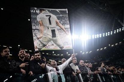 Aficionados de la Juventus exhiben una pancarta de Cristiano Ronaldo en Turín.