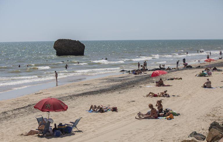 Decenas de bañistas en la playa de Matalascañas, en Huelva, este miércoles.