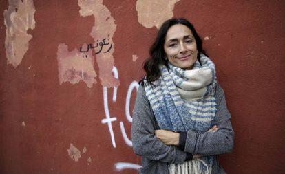 Lourdes Reyzábal, la presidenta de la Fundación Raíces, en la fachada de la sede en Madrid.
