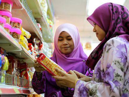 Dos mujeres compran en un supermercado de Kuala Lumpur, Malasia.