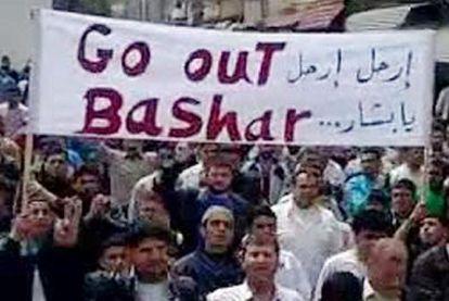 Una captura de vídeo muestra a decenas de ciudadanos pidiendo la marcha del presidente sirio en Tal Kalakh.