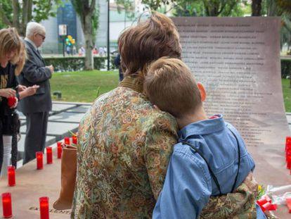 Familiares de los militares fallecidos en el accidente del Yak-42, el pasado sábado en Zaragoza. En vídeo, declaraciones de Cospedal.
