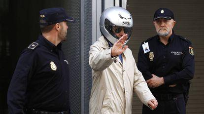 Billy el Niño (con un casco de moto) sale de la Audiencia Nacional en 2014.