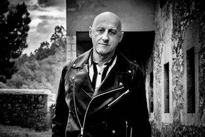"""""""No se puede mimar al mal. La mansedumbre es peligrosa. Los buenos somos muchos más que los malos. Estamos obligados a combatir al mal"""". Jorge Martínez, 35 años en la primera línea del rock con su banda, Ilegales."""