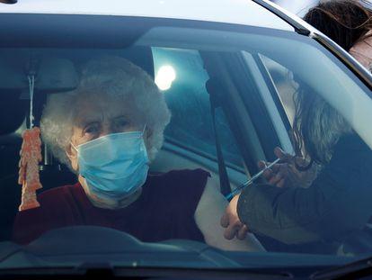 Una mujer recibe la vacuna de Pfizer/BioNTech este jueves en la localidad inglesa de Hyde.