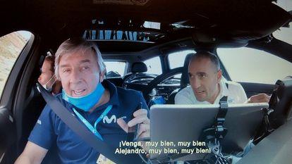Unzue y Arrieta, al volante, animan a Valverde durante una etapa del Tour de 2020, en una imagen del documental de Netflix.