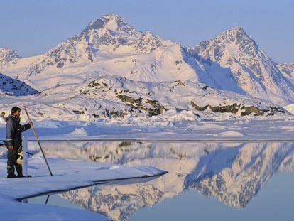 Un cazador con su cincel, ante el glaciar Sermilik, en Ammassalik  (Groenlandia).
