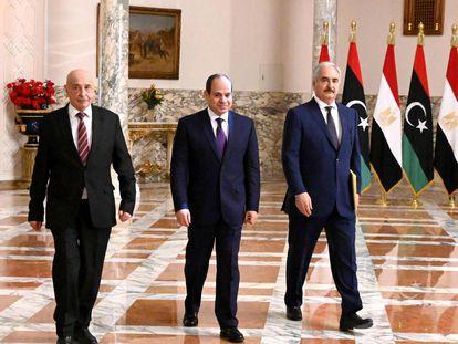 El presidente de Egipto, Abdelfatá Al Sisi, (en el centro), y el comandante Jalifa Hafter, (a la derecha), el pasado 6 de junio, en El Cairo.