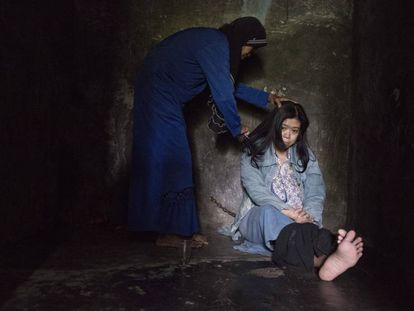 Ernawati vive encadenada en el trastero de la casa que ella pagó desde que regresó de Arabia Saudí.