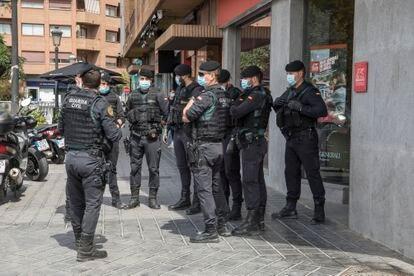 Despliegue de guardias civiles durante los registros del 'caso Azud'.