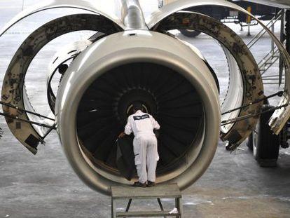 Imagen de archivo de un técnico revisando un motor de Rolls-Royce en el aeropuerto de Yakarta (Indonesia).