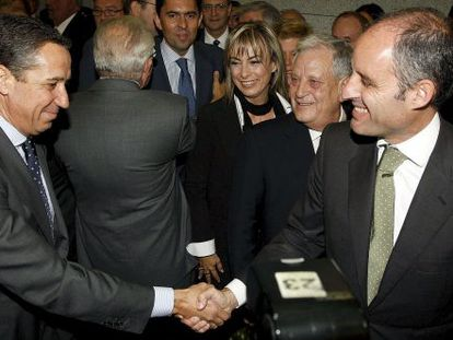 Eduardo Zaplana, a la izquierda, saluda a Francisco Camps en Alicante en el año 2009.