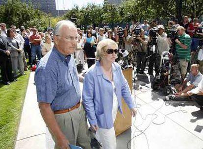 El senador Craig, acompañado por su esposa, Suzanne, tras leer un comunicado en Boise, Idaho, el martes pasado.