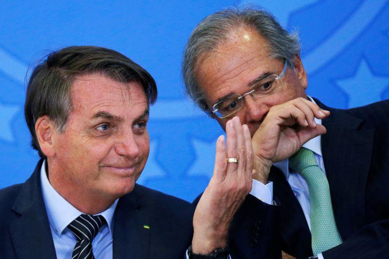 El presidente de Brasil, Jair Bolsonaro, junto al ministro de Economía, Paulo Guedes. REUTERS/Adriano Machado