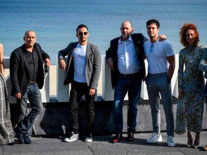 En foto, el equipo de 'Mientras dure la guerra', este sábado, en San Sebastián. En vídeo, trailer oficial de 'Mientras dure la guerra'.