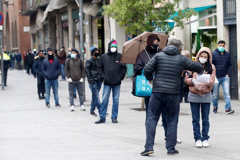 Colas en la oficina de Servicios Sociales del barrio del Raval de Barcelona durante la crisis del coronavirus.