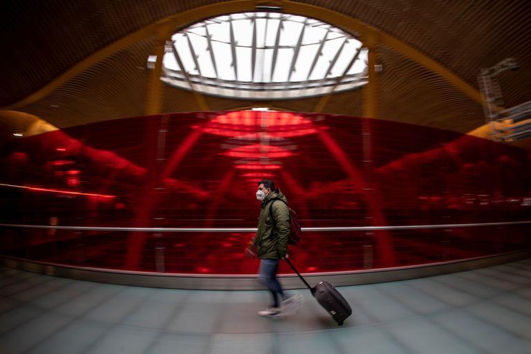 Un viajero camina por la T4 del Aeropuerto Adolfo Suárez Barajas en Madrid.