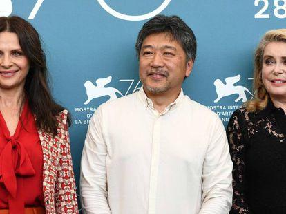 Juliette Binoche, a la izquierda, Hirokazu Kore-eda y Catherine Deneuve, el miércoles en la presentación de su película 'La verdad'. En vídeo, el Festival de Venecia arranca con polémica.