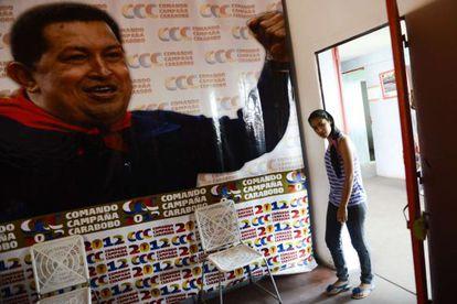Una mujer entra a la casa en la que Hugo Chávez pasó su infancia en Sabanela, en el estado de Barinas.