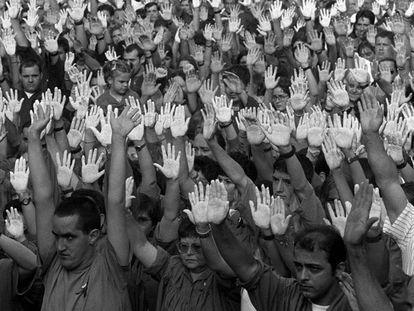 FOTO: Cientos de vecinos de Ermua, con las manos pintadas de blanco, se concentran contra el asesinato de Miguel Ángel Blanco, en julio de 1997.   VÍDEO: Los crímenes sin resolver, principal cuenta pendiente de ETA.