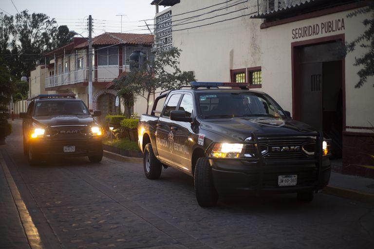 Un par de vehículos de la policía estatal en Ixtlahuacán de los Membrillos, en el Estado mexicano de Jalisco.